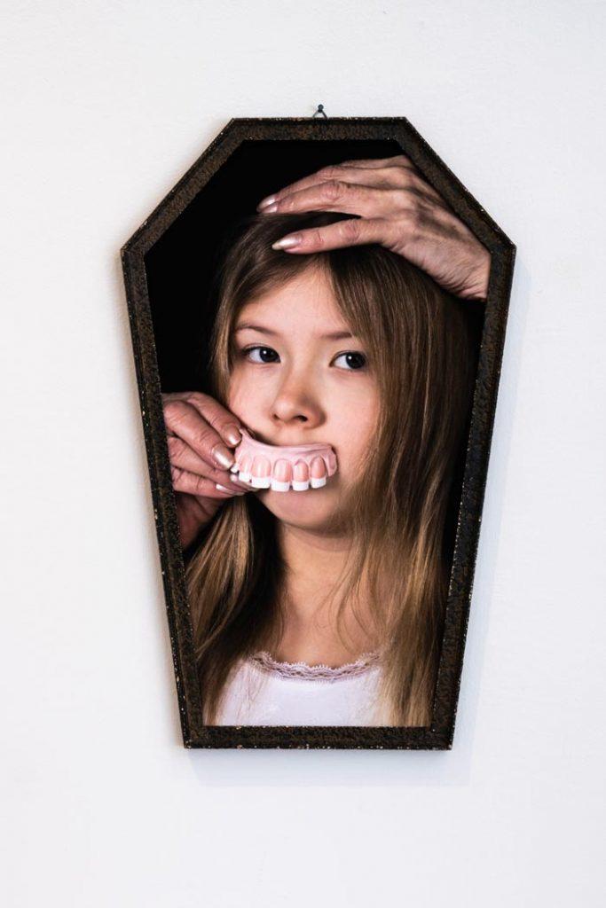 Maria Nuutinen: 10. Noidan pauloissa, pigmenttivedos alumiinikomposiittilevyllä, vanhat peilinkehykset, 51 x 32 cm, 2019