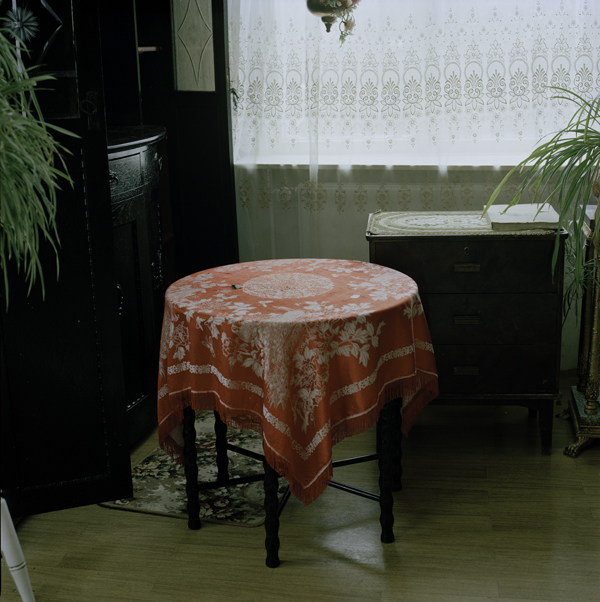 Pöytä, tumma, sarjasta Anni