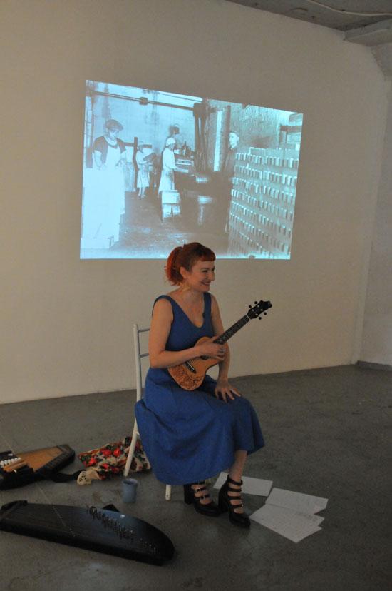 Silja Palomäen konsertti Lauluja Karjalan mailta Edwina Goldstonen näyttelyssä
