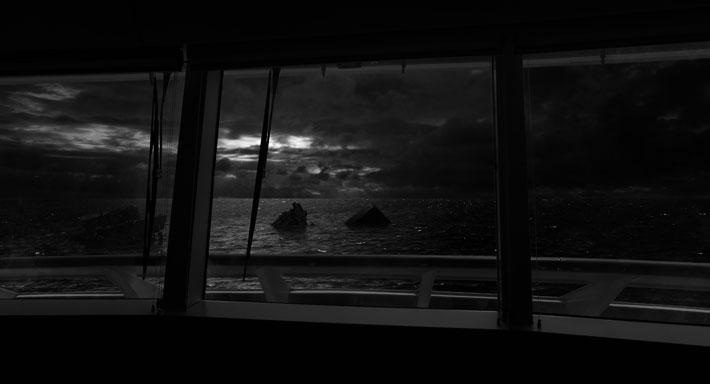 Nuutti Koskinen: Talk About Society: 3-kanavainen videoinstallaatio, 2018, 15 min (loop)