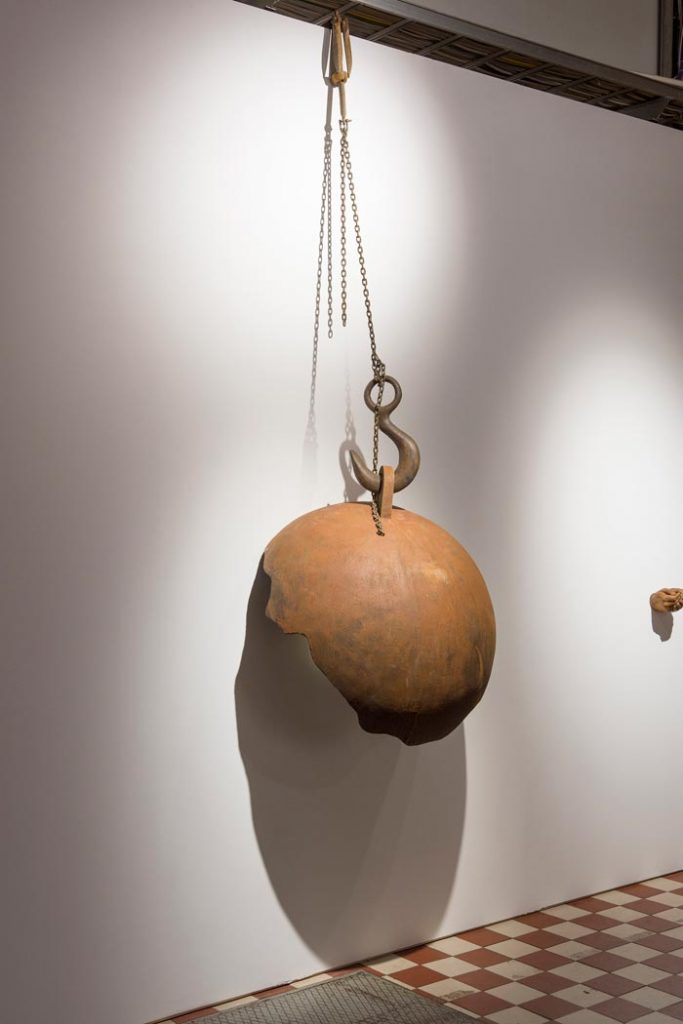 Syrjä, 2019, materiaaleina mm. puu, rautapigmentti, akryylikomposiitti, valaisin, teräsketju, naara-ankkuri / Brim, 2019, materials include wood, iron pigment, acrylic composite, light, iron chain, anchor