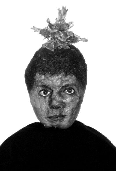 Loppuja & alkuja 1-2 Kuvat ovat still-kuvia videoteoksesta Loppuja ja alkuja (2010). Teos on time-lapse animaatio jossa peruna (jolle on maalattu kasvot) nahistuu ja alkaa versoamaan.