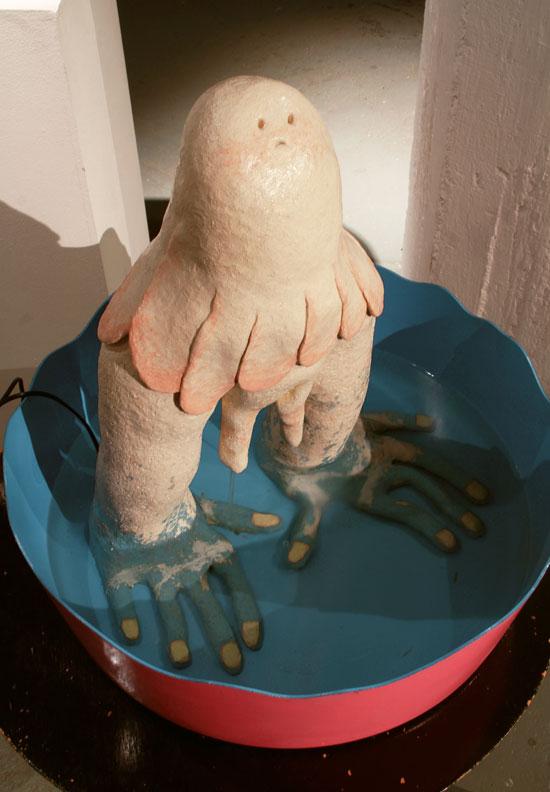 Ninni Luhtasaari: Naama kuivuu (2017, lasitettu keramiikka, vesi, suihkulähdepumppu, muoviallas)